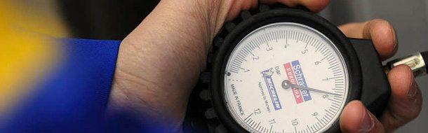 Ελέγχετε την πίεση των ελαστικών σας τουλάχιστον μία φορά τον μήνα.